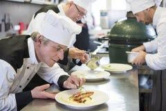 Fachowy szef kuchni przy pracą zdjęcie royalty free