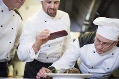Fachowy szef kuchni przy pracą obrazy royalty free