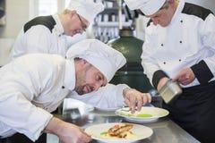 Fachowy szef kuchni przy pracą zdjęcia royalty free