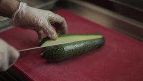 Fachowy szef kuchni szybko ciie oberżyny na drewnianej desce używa ceramicznego nóż zdjęcie wideo