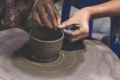 Fachowy Tajlandzki mężczyzna robi kubkowi, earthenware obrazy royalty free
