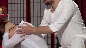 Fachowy tajlandzki masażysta pracuje z jego żeńskim klientem przy zdroju centrum zdjęcie wideo