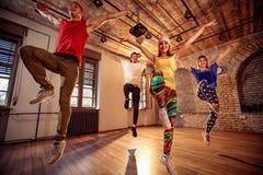 Fachowy tancerz trenuje nowożytnych tanów w studiu Zdjęcia Royalty Free