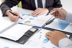 Fachowy wykonawczy kierownik, partner biznesowy dyskutuje pomysły marketingowy plan i prezentacji inwestycja projekt przy spotkan zdjęcia royalty free