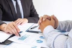 Fachowy wykonawczy kierownik, partner biznesowy dyskutuje pomysły marketingowy plan i prezentacji inwestycja projekt przy spotkan obrazy royalty free
