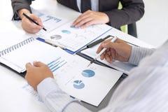 Fachowy wykonawczy kierownik, partner biznesowy dyskutuje pomysły marketingowy plan i prezentacji inwestycja projekt przy spotkan zdjęcie royalty free