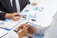 Fachowy wykonawczy kierownik, partner biznesowy dyskutuje pomysły marketingowy plan i prezentacji inwestycja projekt przy spotkan fotografia royalty free