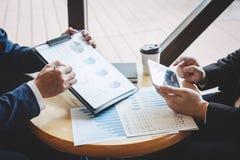 Fachowy wykonawczy kierownik, partner biznesowy dyskutuje pomys?y marketingowy plan i prezentacji inwestycja projekt przy spotkan fotografia stock