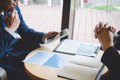 Fachowy wykonawczy kierownik, partner biznesowy dyskutuje pomys?y marketingowy plan i prezentacji inwestycja projekt przy spotkan fotografia royalty free