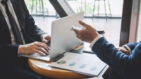 Fachowy wykonawczy kierownik, partner biznesowy dyskutuje pomys?y marketingowy plan i prezentacji inwestycja projekt przy spotkan obrazy royalty free
