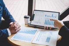 Fachowy wykonawczy kierownik, partner biznesowy dyskutuje pomys?y marketingowy plan i prezentacji inwestycja projekt przy spotkan zdjęcia royalty free