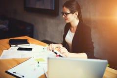 Fachowy wykwalifikowany żeński projektant projektuje nowego początkowego projekt obraz stock