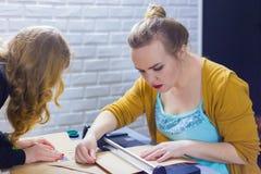 Fachowych kobiet decorator pracuje z Kraft papierem zdjęcia royalty free