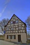Fachwerkhaus auf Hintergrund des blauen Himmels Stockfoto