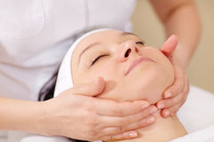 Facial massage at beauty treatment salon Royalty Free Stock Photos