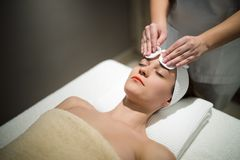 Facial massage treatment by professional Royalty Free Stock Photos