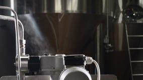 Facilidade da fabricação de cerveja do ofício Equipamento industrial tecnologico complexo moderno Uma pluralidade de encanamentos video estoque