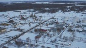 Facilidade moderna da vista aérea com tubo ou área de processo poderosa no campo petrolífero filme