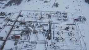 Facilidade moderna da vista aérea com tubulação ou indústria petroleira poderosa da área de processo video estoque