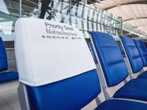Facilidade pública do aeroporto interno da fileira dos assentos de prioridade imagem de stock