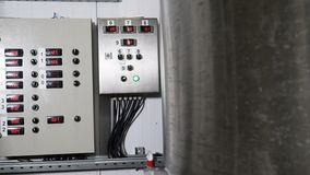 Facilidades da fábrica do Microbrewery Equipamento industrial tecnologico complexo moderno Uma pluralidade de encanamentos, bomba video estoque