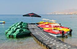 Facilidades de esporte da água na praia central de Eilat, Israel Imagem de Stock