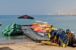 Facilidades de esporte da água na praia central de Eilat, Israel Fotografia de Stock Royalty Free