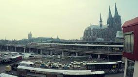 Facilidades de transporte, carros e trens, e a catedral da água de Colônia video estoque