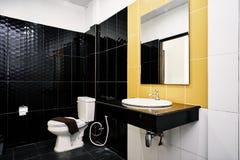 Facilidades padrão da sala genérica do toalete da decoração pequena do hotel ou do apartamento com o cerâmico lustroso na sagacid imagens de stock