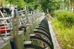 Facilità della bici pubblica ed esposizione locative dei primi piani della bicicletta Fotografia Stock Libera da Diritti