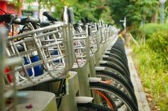 Facilità della bici pubblica ed esposizione locative dei primi piani della bicicletta Immagini Stock