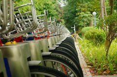 Facilità della bici pubblica ed esposizione locative dei primi piani della bicicletta Immagine Stock Libera da Diritti