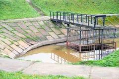 Facilità di trattamento delle acque in una piccola zona della città immagini stock libere da diritti