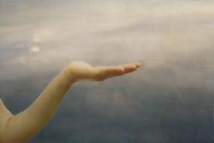 Facilità, facilità, la mano del bambino, fotografie stock libere da diritti