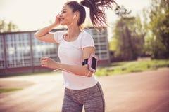 Facilite seu exercício com música da motivação imagem de stock