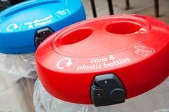 Fack för återanvändning av cans, av plast- och av flaskor Royaltyfri Bild