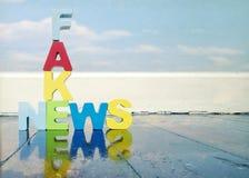 Fack-Nachrichten, hölzerne Buchstaben Lizenzfreies Stockbild