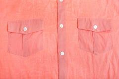 Fack och knappar av det röda skjortaslutet upp Arkivbild