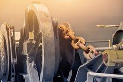Fackankarkedja med att förtöja på det framåt skeppet royaltyfri foto