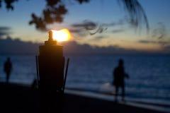 Fackel auf Sonnenunterganghintergrund lizenzfreie stockbilder
