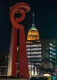 Fackel der Freundschafts-Statue nachts lizenzfreie stockbilder
