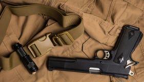 Fackel und Gewehr auf dem braunen Stoff stockfoto