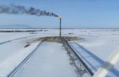 Fackelsystem auf einem Ölfeld lizenzfreies stockbild