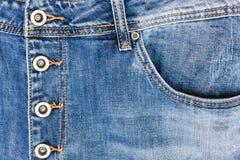 Facket av jeans, omfamningjeans för metall knäppas Arkivfoto