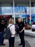 Facklig Steward Fights His Case Outside för nationell utbildning idrottshall till journalisten royaltyfri fotografi