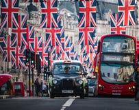 Fackliga Jack Flags på Regent Street om dagen för kungligt bröllop Royaltyfri Foto