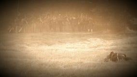 Fackliga soldater som avfyrar över slagfältet (arkivlängd i fot räknatversionen) stock video
