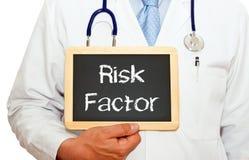 Factor de riesgo - doctor con la pizarra en el fondo blanco imagenes de archivo