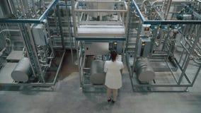 factory modern worker φιλμ μικρού μήκους