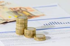Factura de servicios públicos y monedas apiladas Fotos de archivo libres de regalías